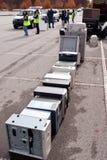 志愿者在回收事件的县的堆计算机 库存照片
