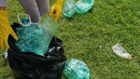 志愿者收集塑料瓶 股票录像