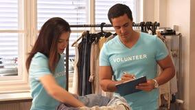 志愿者谈论在剪贴板