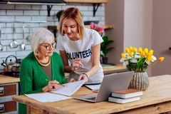 志愿设法说服年长妇女签署过期贷款 库存图片