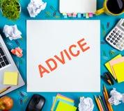 忠告刺激 办公室有供应的桌书桌,白色空白的笔记本,杯子,笔,个人计算机,弄皱了纸,在木的花 图库摄影