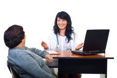 忠告快乐的医生产生患者妇女 免版税库存照片