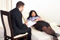 忠告耐心的精神病医生妇女 免版税库存照片