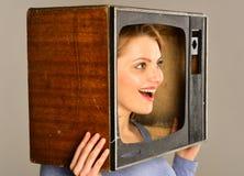 忠告 在电视上的电视广告 从广告的妇女在电视 大众传播媒体广告 目标 免版税库存照片