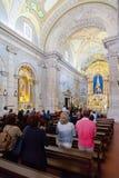 忠实祈祷在圣地内部Bento da波尔塔Aberta圣所  免版税库存照片