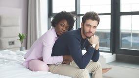 忠实,富感情的非洲妇女坐后边并且体贴拥抱她英俊的丈夫 影视素材