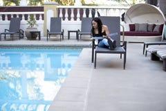 忧郁症女性游人被憎恶在水池 免版税库存照片