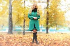 忧郁白肤金发的妇女在秋天森林里 免版税库存图片