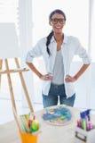 快乐俏丽艺术家摆在 免版税库存图片