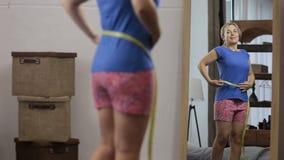 快乐加上有磁带的大小妇女测量的腰部 股票视频