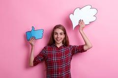 快乐地笑的女孩拿着想法或想法的纸图象和反馈赞许的标志和 免版税库存图片