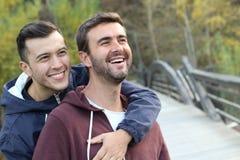 快乐夫妇在秋天的享用公园 库存图片