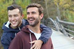 快乐夫妇在秋天的享用公园 免版税库存图片
