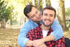 快乐夫妇在秋天的享用公园 库存照片