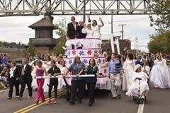 快乐女同性恋的婚姻游行浮动 免版税库存照片