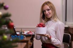 快乐女性工作在圣诞节的一个办公室 免版税图库摄影