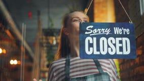 快乐女服务员改变闭合打开标志微笑的等待的顾客 股票录像
