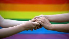 快乐婚礼,在背景,同性婚姻,少数权利的彩虹旗子 免版税库存照片