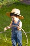 快乐男婴的花匠使用的一点 库存图片