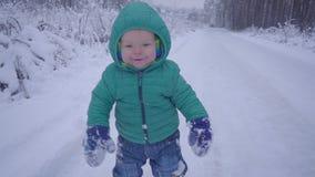 快乐的一个年男孩在用常平架创造的冬天森林里 股票录像