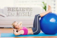 快乐的与锻炼球的适合白肤金发的做的仰卧起坐的一个综合图象 免版税库存图片