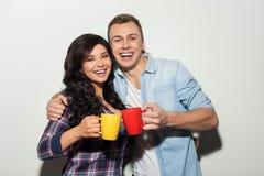 快乐的两个朋友享受热的饮料 免版税库存照片