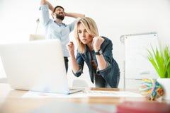 快乐的两名工作者表达他们的预期 免版税库存图片