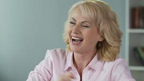 快乐的中年妇女欣喜抽奖奖,尖叫和笑 影视素材