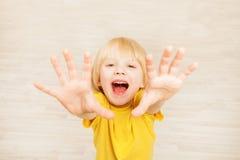 快乐的五只岁男孩举的手向上 免版税图库摄影