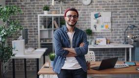 快乐的人企业家身分画象在创造性的办公室和微笑的 影视素材