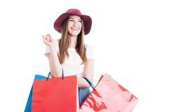快乐的俏丽的妇女有一个好主意在购物 免版税库存图片