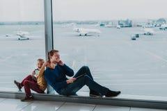 快乐的儿子和爸爸获得乐趣在飞行前 免版税库存照片