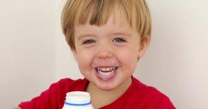 快乐的儿童饮用的酸奶 影视素材