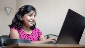 快乐的印度亚裔白人女孩,短发视频呼唤笔记本电脑笑笑 关闭侧视图sh 股票视频