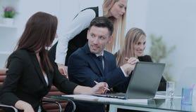 快乐的商人谈论一个新的企业项目与 库存图片