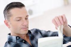 快乐的商人阅读书 免版税库存图片