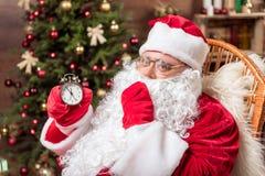 快乐的圣诞老人准备好午夜奥秘 免版税库存照片