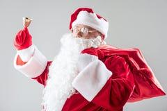 快乐的圣诞老人问候大家与新年 库存图片