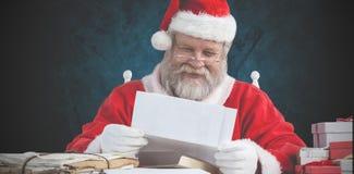 快乐的圣诞老人读书信件的综合图象 图库摄影
