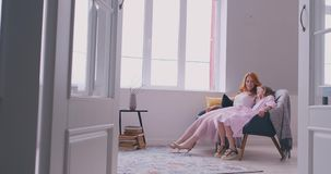 快乐的在客厅在家移动的跳舞的母亲小的女儿身分对一起喜爱的歌曲 孩子有 股票视频