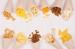 快乐的夏天快餐在软的白色木背景的米黄纸锥体设置了 库存图片