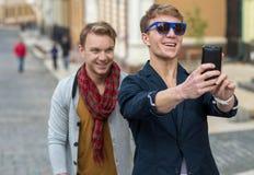 快乐的天双胞胎 两时髦和英俊的成人tw 库存图片