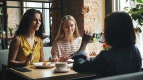 快乐的夫人照相用在接触智能手机屏幕的咖啡馆的食物 股票视频