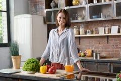 快乐的夫人更喜欢健康吃 免版税库存照片