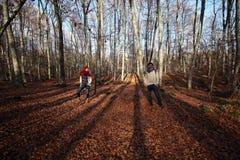 年轻快乐的夫妇在一个最惊人的山毛榉森林中在欧洲, La Fageda d'en Jorda,西班牙 免版税图库摄影