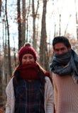 年轻快乐的夫妇在一个最惊人的山毛榉森林中在欧洲, La Fageda d'en Jorda,西班牙 库存图片