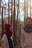 年轻快乐的夫妇在一个最惊人的山毛榉森林中在欧洲, La Fageda d'en Jorda,西班牙 库存照片