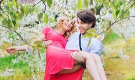快乐的夫妇在芬芳果树园 免版税库存图片