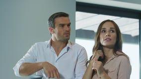 快乐的夫妇计划设计内部 人们讲话在现代内部 股票录像