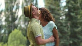 快乐的夫妇跳舞和拥抱,轻轻地接触与他们的鼻子 股票视频